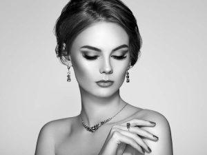 Жена носеща сребърни бижута